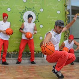 Танцы с баскетбольными мячами